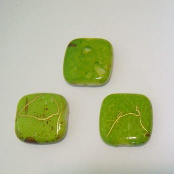 Margele plastic verde deschis cu auriu 17x17mm 1 buc