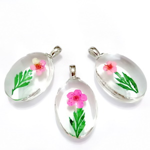 Pandantiv sticla cu interior floare roz, 31x18x10~11mm 1 buc