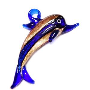 Pandantiv sticla, lampwork, albastru cu glitter auriu, delfin, 71x41mm 1 buc
