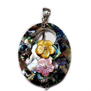 Pandantiv scoica paua cu accesorii metalice si flori sidef, 52x35x8mm 1 buc