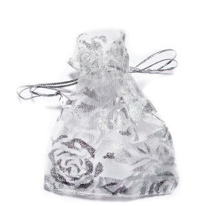 Saculeti organza albi cu trandafiri argintii, 9x7cm, interior 7x7cm 1 buc