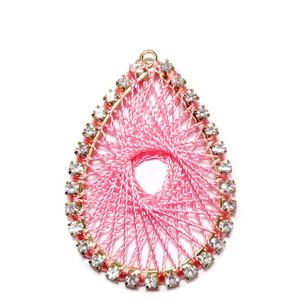 Pandantiv metalic auriu cu strasuri transparente si tesatura ata roz, 37x26x2mm 1 buc