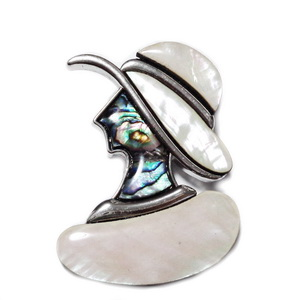 Brosa/pandantiv argintiu inchis cu scoica paua si sidev alb, dama 53x40mm 1 buc