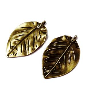 Pandantiv metalic, culoare bronz, frunza 52x32x3mm 1 buc