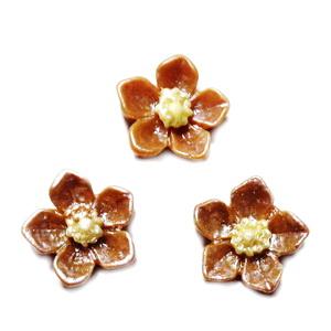 Cabochon rasina bej, sidefat, floare 12.5x12.5x3.5mm 1 buc