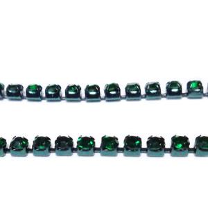 Margele montee rhinestone, insiruite, sticla verde smarald pe baza verde, 2x2mm 1 m