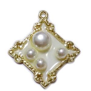 Pandantiv auriu cu rasina epoxidica, cu perle in interior, 30x33x6mm 1 buc