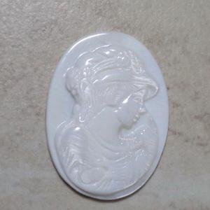 Cabochon sidef alb cu camee, 32x23mm 1 buc