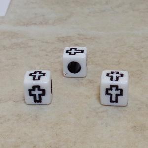 Margele plastic albe, cubice, cu cruciulite negre, 6x6x6mm 10 buc