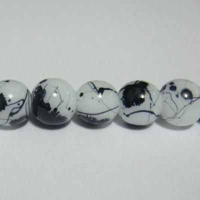 Margele sticla albe vopsite cu pete negre, 8mm 10 buc