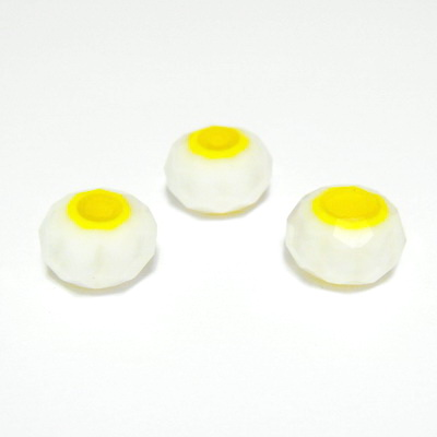 Margele sticla, lampwork, multifete, albe cu interior galben, 8x5 mm 1 buc