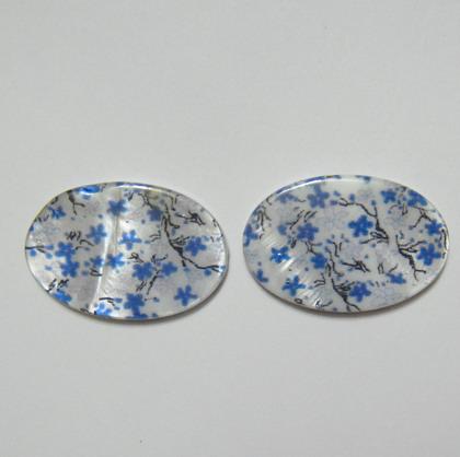 Perle plate sidef alb cu albastru, 25x18x3mm, orificiu 1mm 1 buc