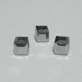 Margele sticla argintii-gri, cubice cu muchii tesite, 4.5x4.5mm 1 buc
