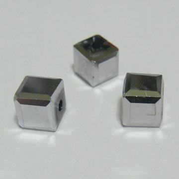 Margele sticla argintii-gri, cubice cu muchii tesite, 6x6mm 1 buc