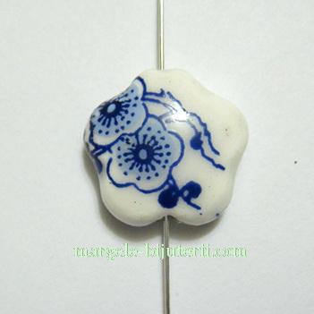 Margele portelan, floare,  albe, pictate cu flori albastre, 14x15x6mm 1 buc