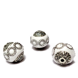 Margele indoneziene, albe cu accesorii argintii, 16x14mm 1 buc